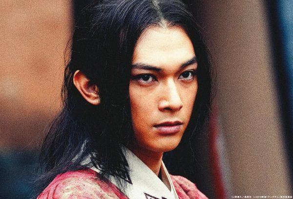 吉沢亮さんがキングダムで相手をにらんでいる様子