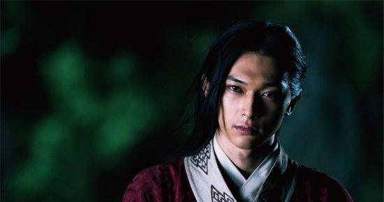 吉沢亮さんがキングダムで王を演じる画像